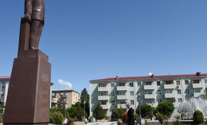 İlham Əliyev ümummilli liderin Naxçıvandakı abidəsini ziyarət edib