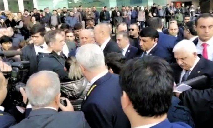 """Prezident """"28 May"""" stansiyasının qarşısında sakinlərlə görüşdü"""