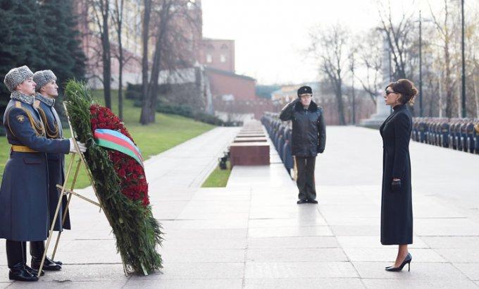 Mehriban Əliyeva Moskvada naməlum əsgərin məzarını ziyarət edib